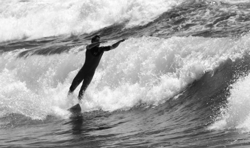 7981 Surfer's leap B&W