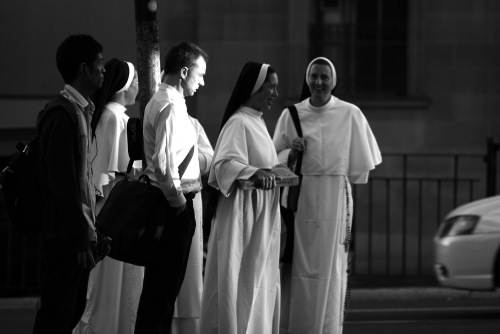 6049 Sunlit man with nuns (with pizza)